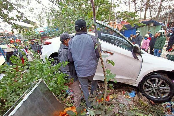 Ô tô tông liên hoàn ở chợ dân sinh, 10 người bị thương