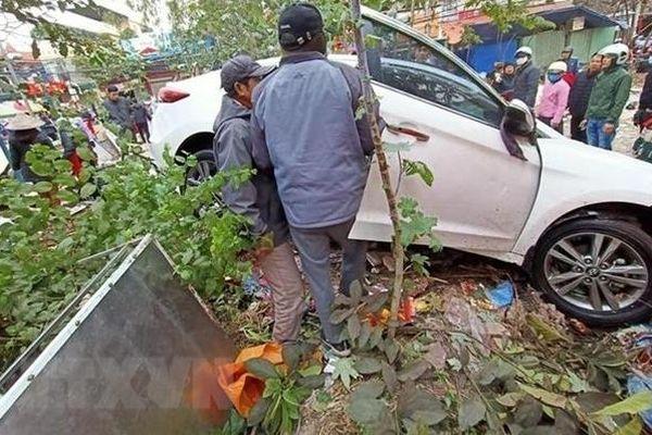 Ô tô mất lái lao vào chợ khiến nhiều người bị thương