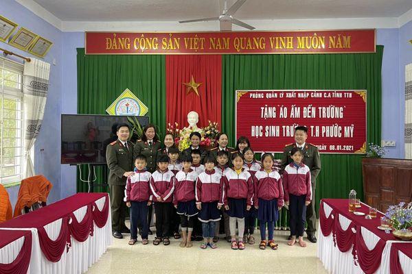 Công an Thừa Thiên Huế tặng áo ấm cho trẻ em có hoàn cảnh khó khăn