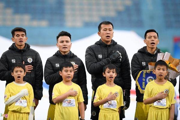BTC trận Siêu Cúp Quốc gia nhận lỗi vì để trẻ nhỏ mặc áo cộc tay giữa trời lạnh