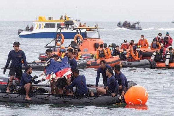Phát hiện nhiều tình tiết mới tronng vụ rơi máy bay ở Indonesia