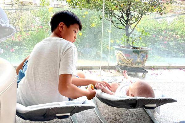 Hạnh phúc như Hà Hồ: Khoe cảnh Subeo ngọt ngào hát cho Leon nghe trước khi đi học