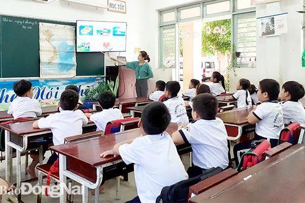 Giáo viên chờ bỏ quy định chứng chỉ tin học, ngoại ngữ