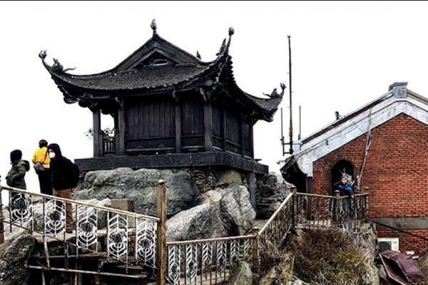 Hàng nghìn du khách đổ về ngắm băng tuyết tại Tây Yên Tử