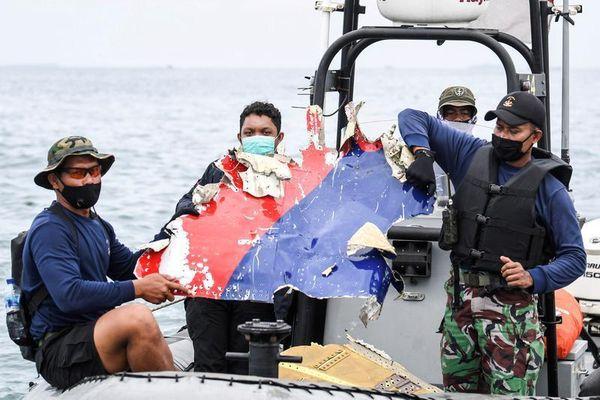 Máy bay Indonesia vỡ vụn khi va chạm mặt biển