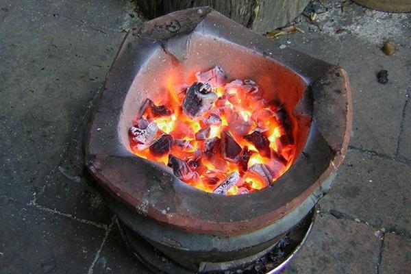 Đốt than sưởi ấm trong ngày đông: Cảnh giác với làn khói 'tử thần'