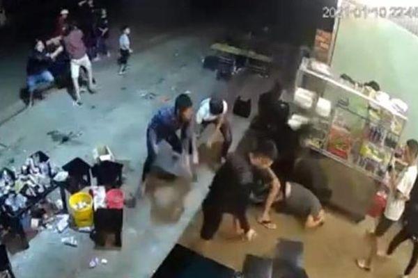 Nam thanh niên bị đánh đến bất tỉnh chỉ vì... vỗ đầu bạn nhậu rồi cười?