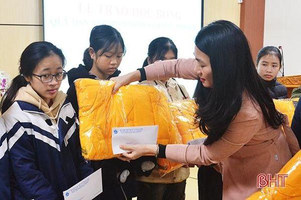Trao học bổng 'Dẫn ánh bình minh' cho học sinh nghèo học giỏi