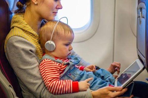 Mẹo hay giúp trẻ không quấy khóc trên máy bay