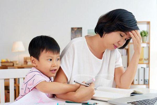 Mẹ lo sốt vó khi tuần nào cũng 'được' giáo viên liên hệ