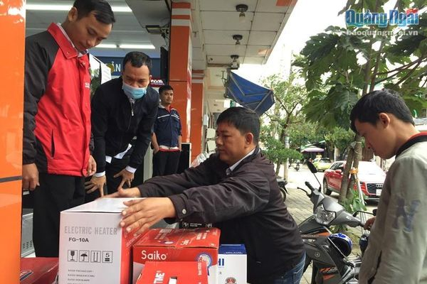Dân đổ xô đi mua thiết bị sưởi ấm, đồ chống rét