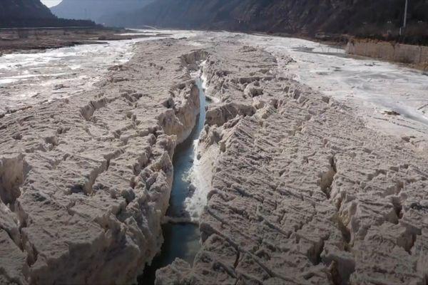 Thác nước màu vàng lớn nhất thế giới biến mất do băng giá