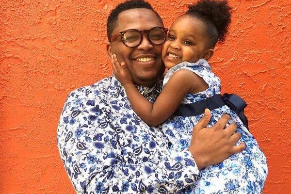 Cảm động người bố may 200 bộ quần áo đẹp tặng cho con gái