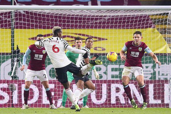 Pogba đưa Manchester United lên đầu bảng