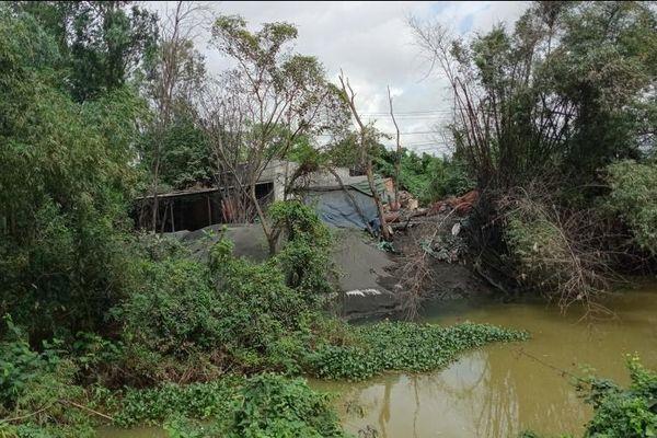 Bình Định: Bột thải kim loại nhuộm đen sông Cầu Chùa, người dân 'sống dở chết dở'