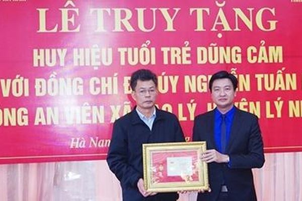 Truy tặng Đại úy Nguyễn Tuấn Minh Huy hiệu 'Tuổi trẻ dũng cảm'