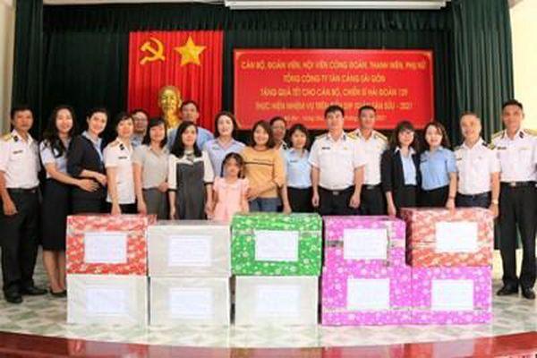 Tặng quà tết cho cán bộ, nhân viên tại Trường Sa, DK1