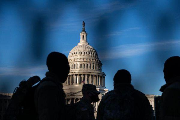Điện Capitol 'nổi bão' vì chiếc máy dò kim loại