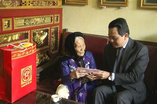 Chủ nhiệm Ủy ban Kiểm tra Thành ủy Hoàng Trọng Quyết thăm, tặng quà gia đình chính sách tại Gia Lâm