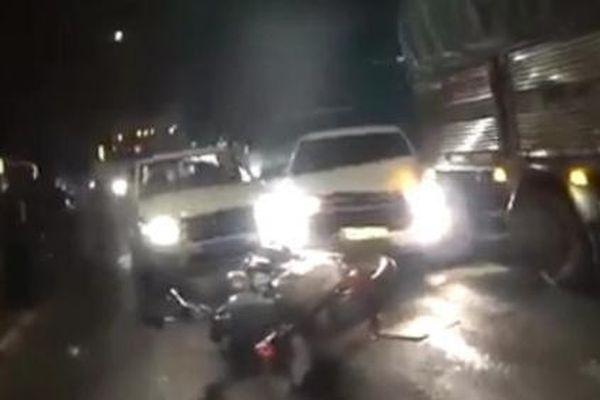 Ô tô chở thuốc lá lậu húc văng xe cảnh sát để chạy trốn