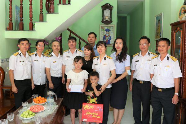 Tổng công ty Tân Cảng Sài Gòn Tặng quà tết cho cán bộ, nhân viên tại Trường Sa, DK1