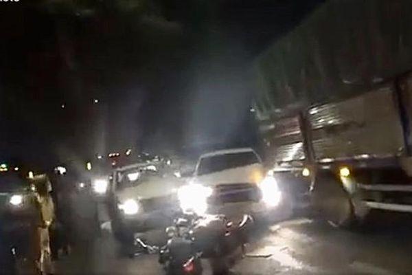 Nghi vấn chở hàng lậu, bỏ chạy húc văng xe CSGT