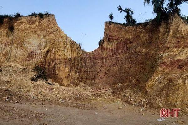 Nhà thầu 'bắt tay' hộ dân khai thác đất vườn đồi trái phép ở Hương Khê