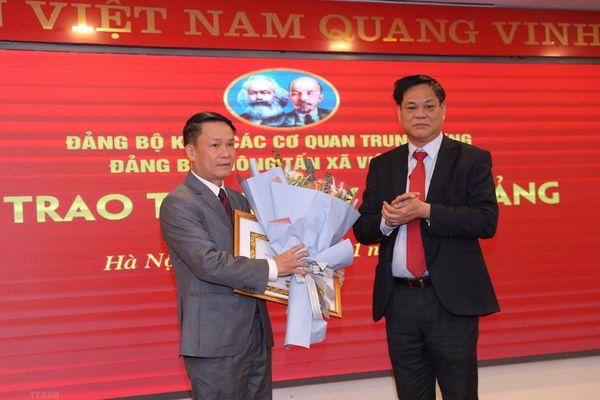 Tổng Giám đốc TTXVN Nguyễn Đức Lợi nhận Huy hiệu 30 năm tuổi Đảng