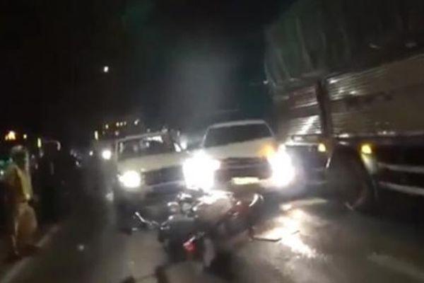 Ô tô chở thuốc lá lậu liên tục tông vào xe cảnh sát để tháo chạy