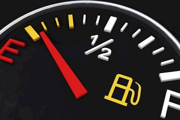 Kim xăng chạm vạch đỏ, xe còn đi được thêm bao nhiêu km?