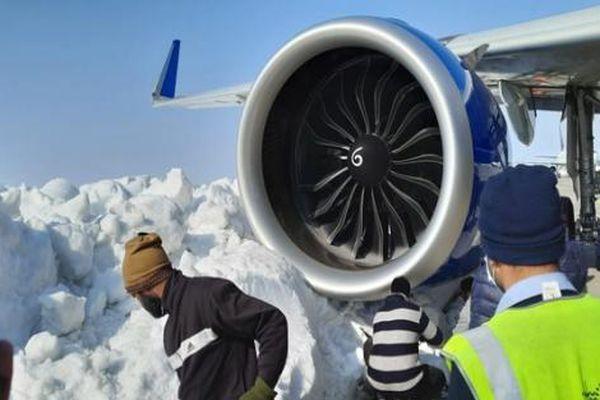 Đâm phải tuyết trên đường băng, máy bay chở hư hỏng, 233 hành khách hoảng loạn rụng rời
