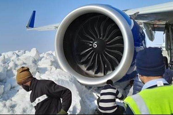 Máy bay Airbus A321neo mắc kẹt trong tuyết khi chuẩn bị cất cánh