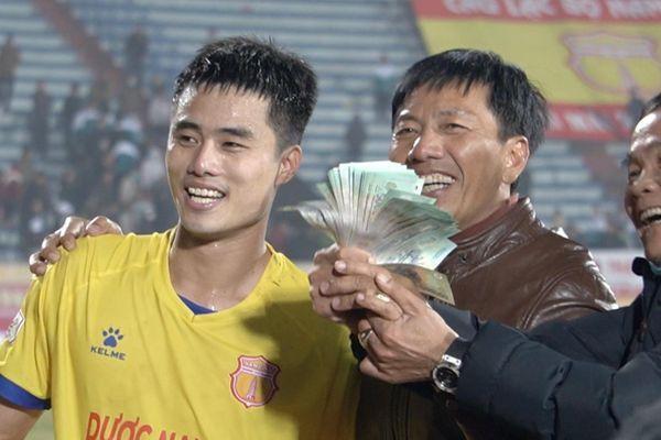 CLB Nam Định ăn mừng cảm xúc sau trận thắng 3-0 trước Hà Nội