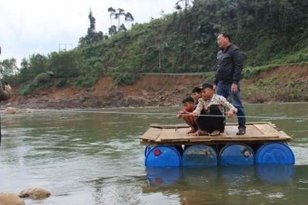 Dân làng Tắc Rối liều mình tự kết bè vượt sông