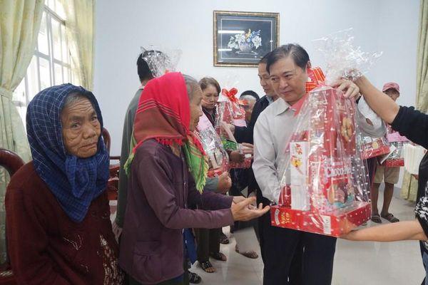 Chủ tịch VUSTA Phan Xuân Dũng thăm, chúc Tết bà con Ninh Thuận