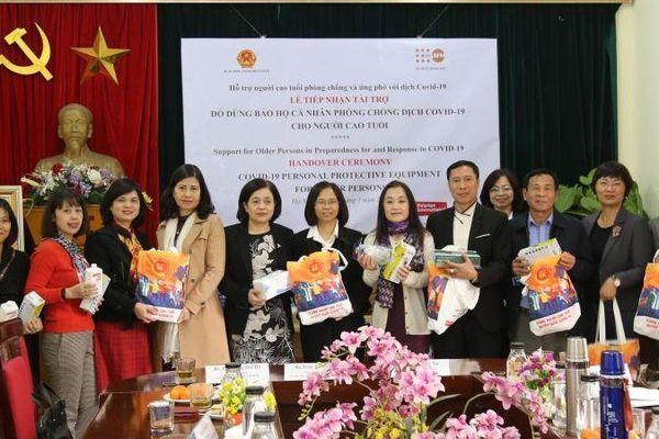 Người cao tuổi Việt Nam được cung cấp thiết bị bảo hộ cá nhân trong bối cảnh Covid-19