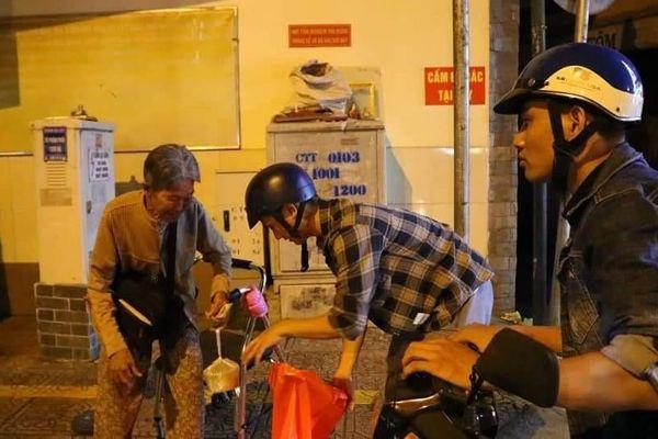 Ấm áp tình người trong đêm lạnh ở TP HCM