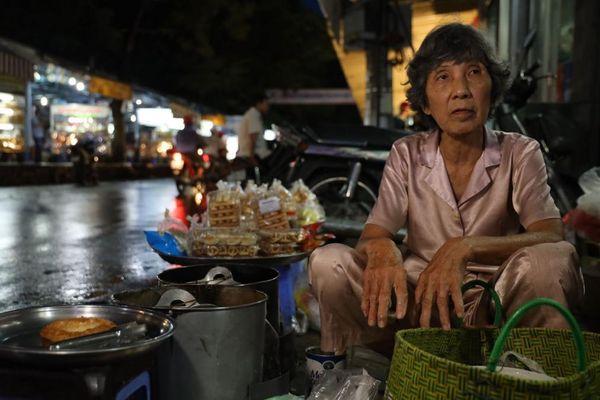 Cuộc đời đơn độc của dì Nía thợ làm bánh tai yến thủ công U70 hiếm hoi còn sót lại ở Bạc Liêu