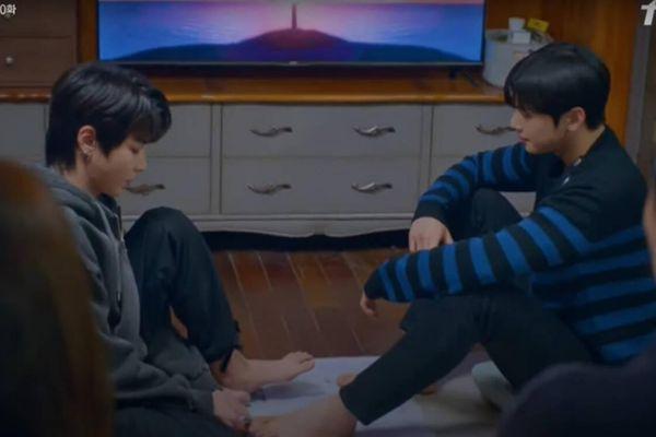 'True Beauty': Cha Eun Woo và Hwang In Yeob bị phạt vừa cắt móng chân cho nhau vừa nói 'I love you'