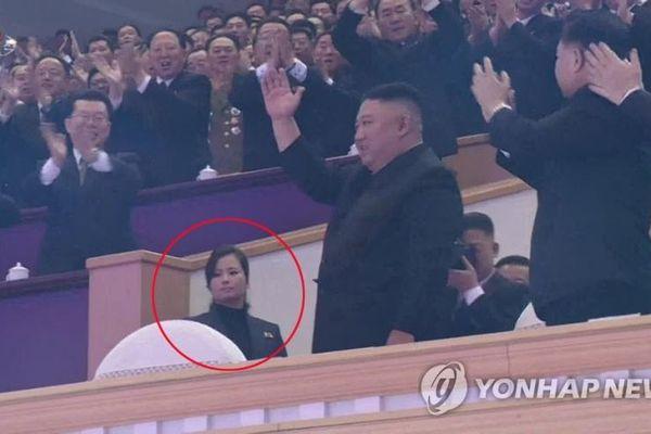 'Bóng hồng' xuất hiện phía sau ông Kim Jong Un khi Đại hội đảng kết thúc là ai?