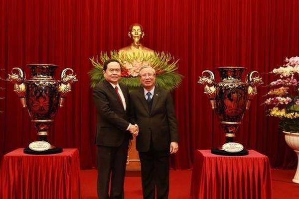 Tiếp nhận Cúp Lạc Hồng tặng Đại hội đại biểu toàn quốc lần thứ XIII của Đảng