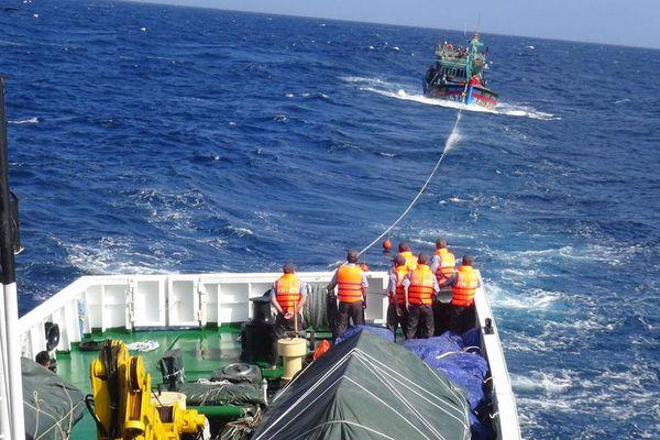 Kịp thời cứu tàu cá và 14 ngư dân gặp nạn