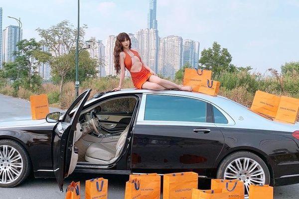 Góc chịu chơi: Ngọc Trinh đem túi hàng hiệu và xe hơi bạc tỷ ra đường tạo dáng