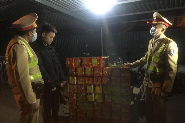 Cảnh sát giao thông Hà Nội phát hiện, bắt giữ đối tượng vận chuyển 139 hộp pháo nổ