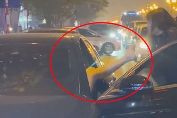 Người phụ nữ chặn xe Mercedes giữa đường phố Hà Nội 'đánh ghen', cô gái trẻ trong ô tô phản kháng bằng cú đá bất ngờ