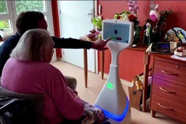 Robot giúp người già không cô đơn