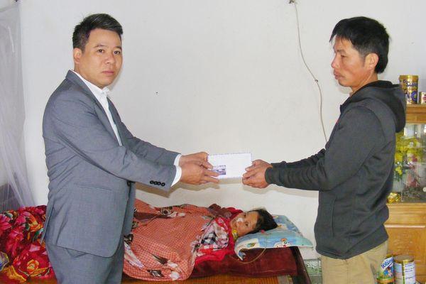 Báo SGGP trao tiền giúp hoàn cảnh khó khăn tại Thanh Hóa