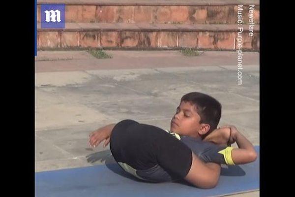 Ngạc nhiên tài uốn dẻo của cậu bé 'thần đồng' yoga 8 tuổi ở Ấn Độ