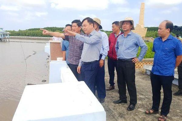Thứ trưởng Bộ NN-PTNT kiểm tra, thăm hỏi người dân tại xã Đất Mũi