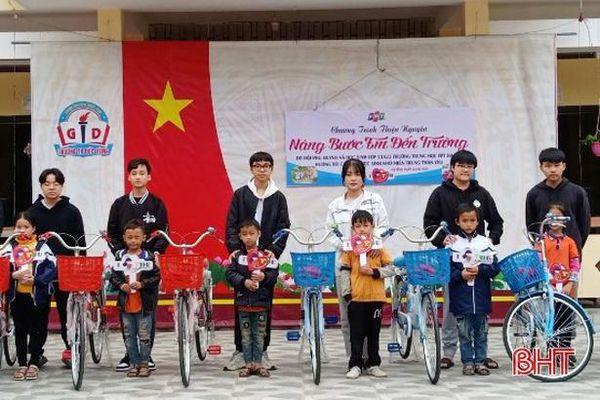 Hội phụ huynh ở Hà Nội tặng quà cho học sinh Hà Tĩnh có hoàn cảnh khó khăn